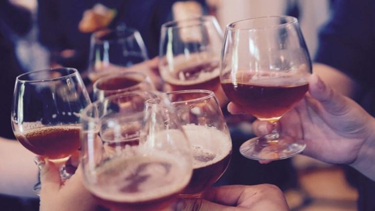 pou-alkool-stin-ellada---ti-kai-poso-pinoun-oi-ellines
