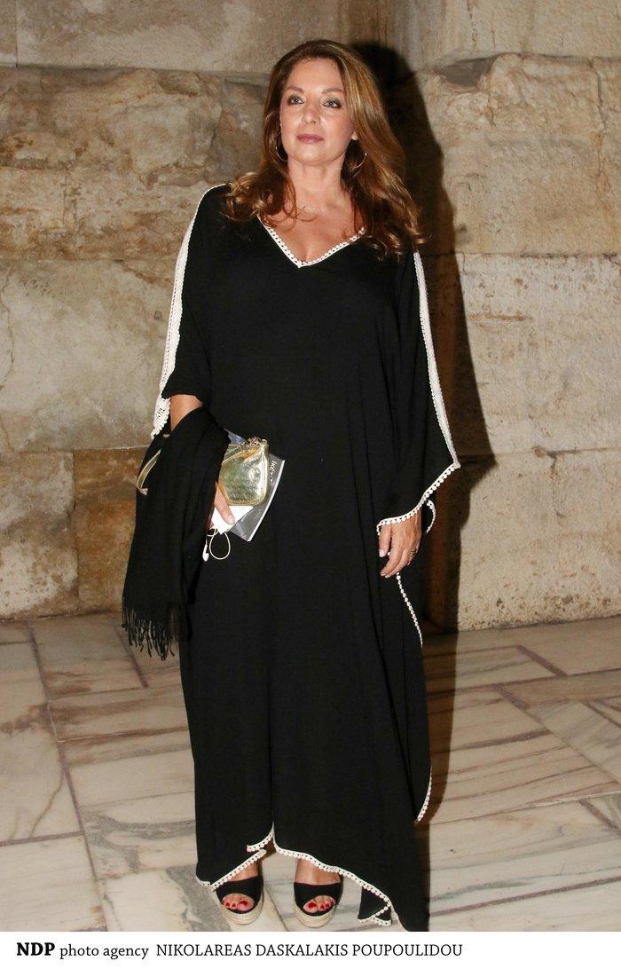 Άντζελα Γκερέκου: Με μάξι μαύρο καφτάνι και πλατφόρμες στο Ηρώδειο
