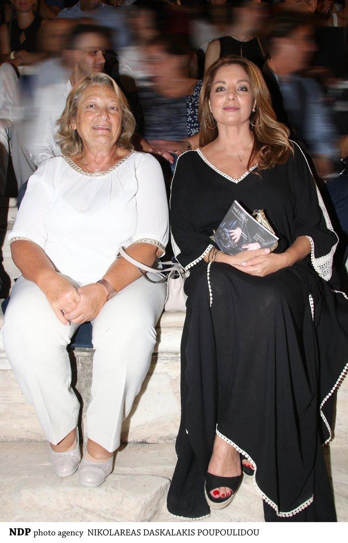 Άντζελα Γκερέκου: Με μάξι μαύρο καφτάνι και πλατφόρμες στο Ηρώδειο - εικόνα 2