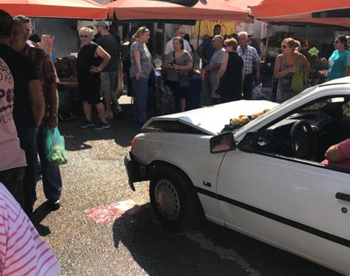 Ηλιούπολη: Αυτοκίνητο «μπούκαρε» σε λαϊκή - 3 τραυματίες