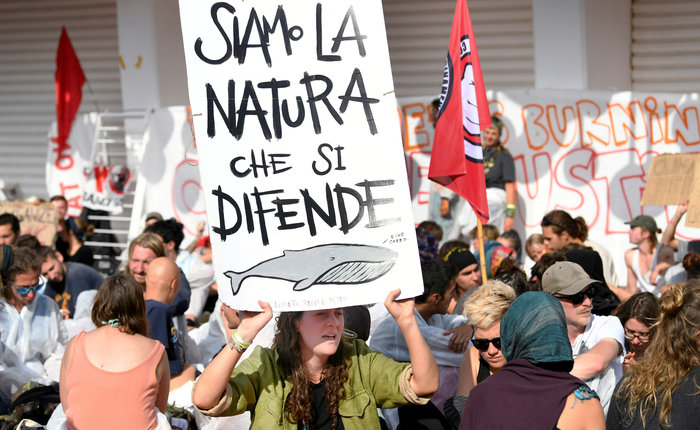 Ακτιβιστές για το κλίμα 'κατέλαβαν' το κόκκινο χαλί στο Φεστιβάλ Βενετίας