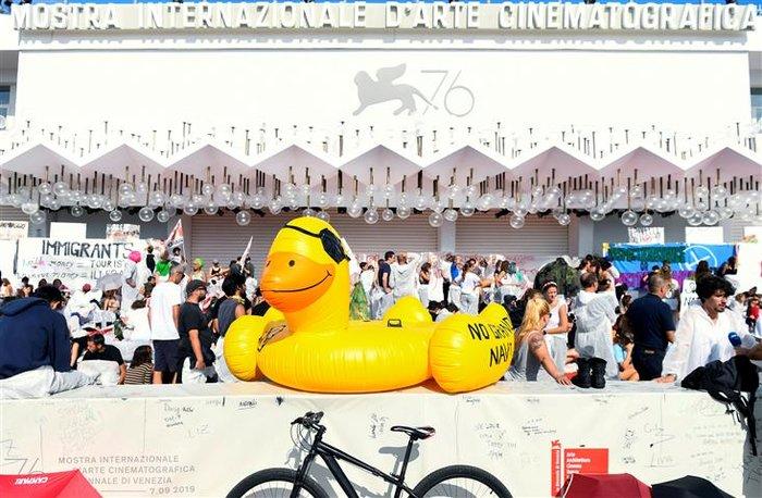 Ακτιβιστές για το κλίμα 'κατέλαβαν' το κόκκινο χαλί στο Φεστιβάλ Βενετίας - εικόνα 2
