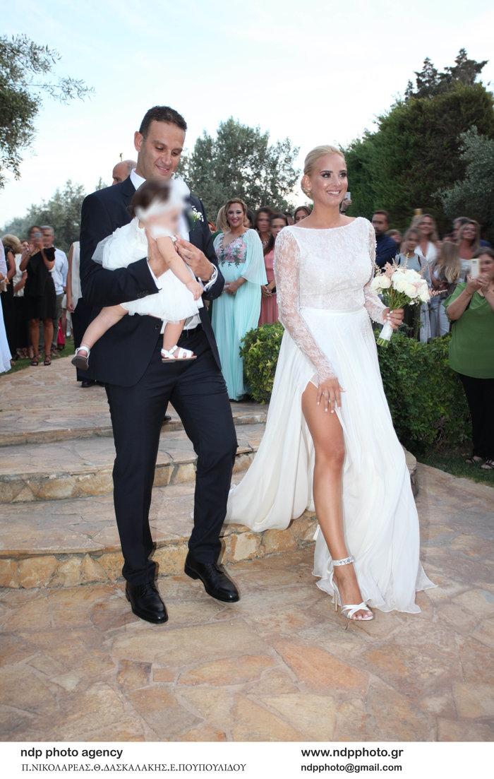 Υπέροχη νύφη η Άννη Πανταζή: Με στολισμένα στεφάνια ρυθμικής τα παρανυφάκια - εικόνα 2