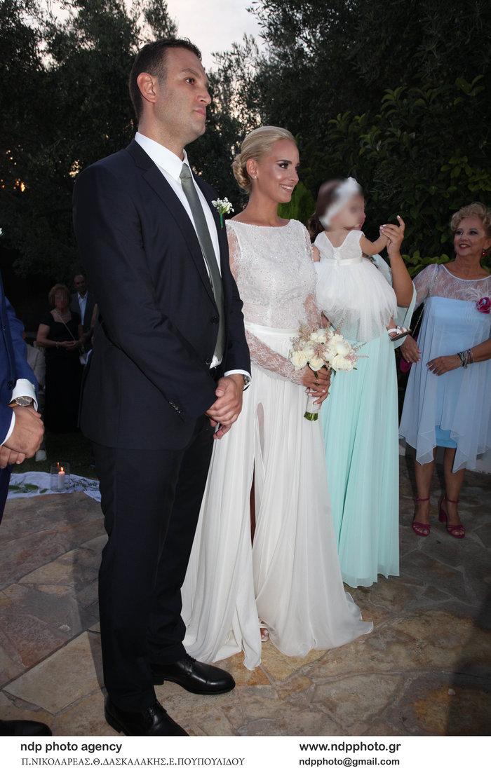 Υπέροχη νύφη η Άννη Πανταζή: Με στολισμένα στεφάνια ρυθμικής τα παρανυφάκια - εικόνα 10