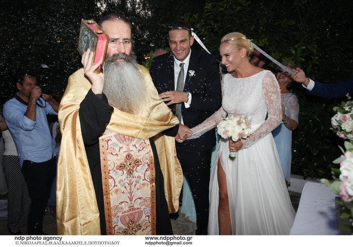 Υπέροχη νύφη η Άννη Πανταζή: Με στολισμένα στεφάνια ρυθμικής τα παρανυφάκια - εικόνα 11