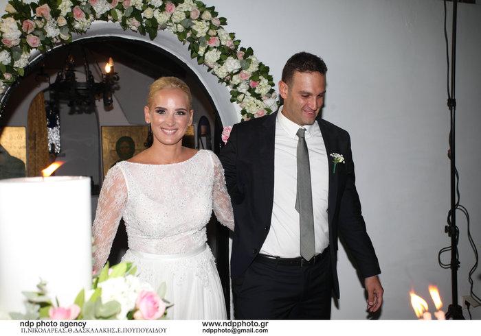 Υπέροχη νύφη η Άννη Πανταζή: Με στολισμένα στεφάνια ρυθμικής τα παρανυφάκια - εικόνα 16
