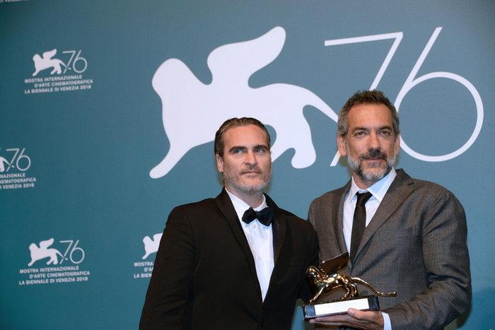 Χοακίν Φίνιξ και Τοντ Φίλιπς με το χρυσό λιοντάρι.