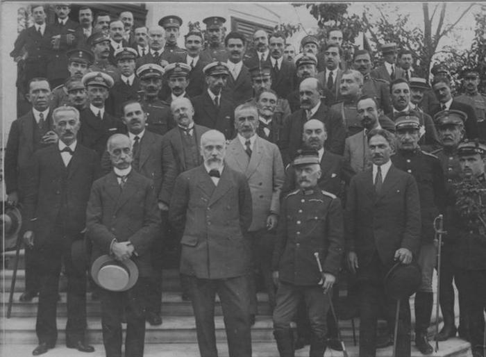 Η Τριανδρία (Βενιζέλος – Κουντουριώτης – Δαγκλής) με μέλη της Προσωρινής Κυβέρνησης στα σκαλοπάτια της βίλας, 1916