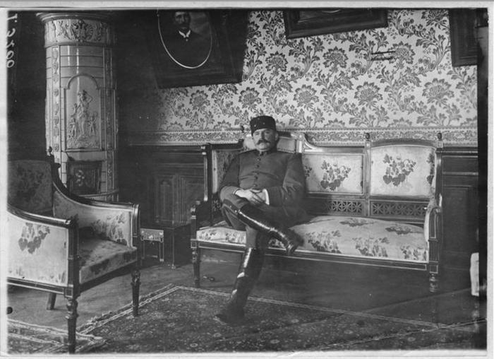 Ο Εσάτ πασάς, κατά τη διάρκεια της παραμονής του στη Βίλα Καπαντζή, 1917