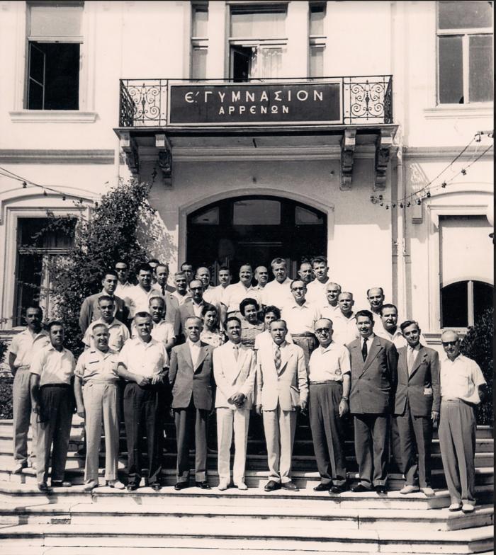 Οι απόφοιτοι του Ε΄ Γυμνασίου Αρρένων (τάξη 1961) με καθηγητές τους και τονγυμνασιάρχη Πέτρο Σκουφάκη