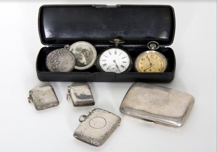 Κοσμήματα, ρολόγια τσέπης INVICTA, ασημένιες θήκες για σπίρτα και τσιγάρα τα οποία βρέθηκαν σ' ένα ξύλινο κουτί που ασφάλιζε με συνδυασμό τεσσάρων κουμπιών