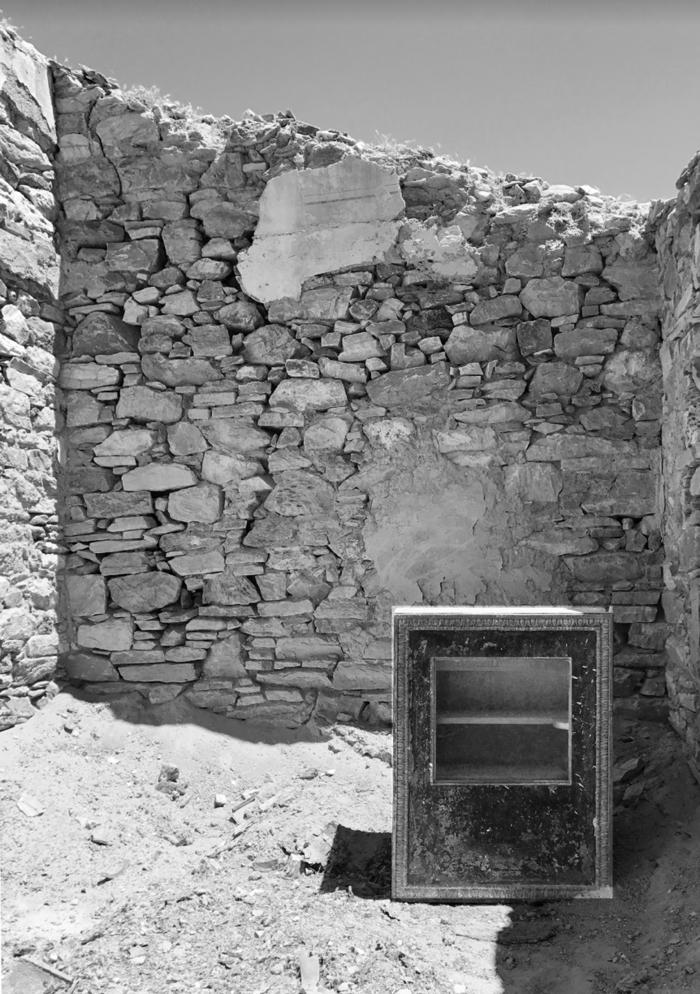 Το βοηθητικό οίκημα στο κτήμα στα Χρούσσα και το άδειο χρηματοκιβώτιο.
