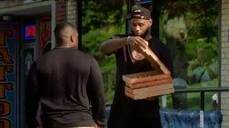 Ο ΛεΜπρον Τζέιμς κάνει delivery πίτσες σε περαστικούς