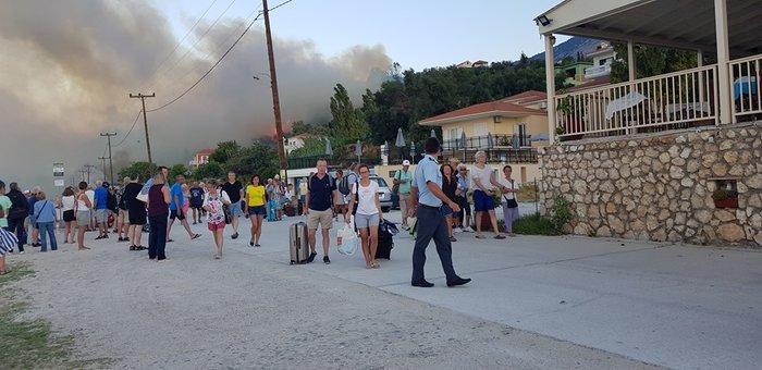 Υπό μερικό έλεγχο η φωτιά στα Λουρδάτα Κεφαλονιάς- Εκκενώθηκε το χωριό - εικόνα 8