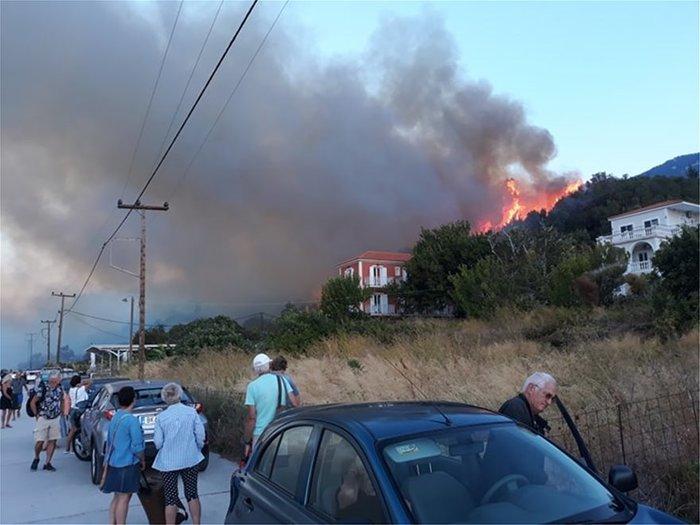 Υπό μερικό έλεγχο η φωτιά στα Λουρδάτα Κεφαλονιάς- Εκκενώθηκε το χωριό - εικόνα 7