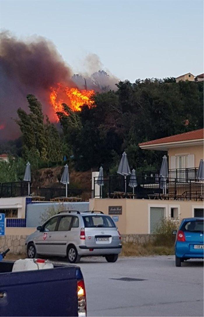 Υπό μερικό έλεγχο η φωτιά στα Λουρδάτα Κεφαλονιάς- Εκκενώθηκε το χωριό - εικόνα 6