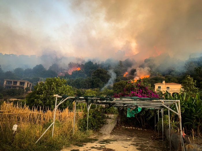Υπό μερικό έλεγχο η φωτιά στα Λουρδάτα Κεφαλονιάς- Εκκενώθηκε το χωριό