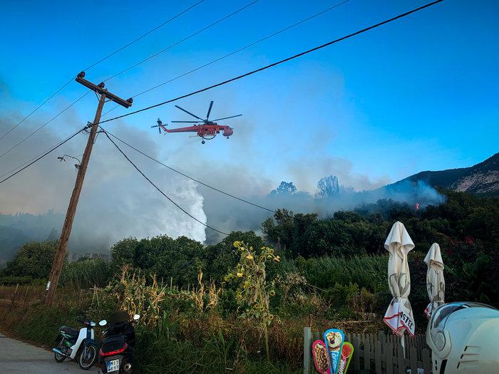 Υπό μερικό έλεγχο η φωτιά στα Λουρδάτα Κεφαλονιάς- Εκκενώθηκε το χωριό - εικόνα 2
