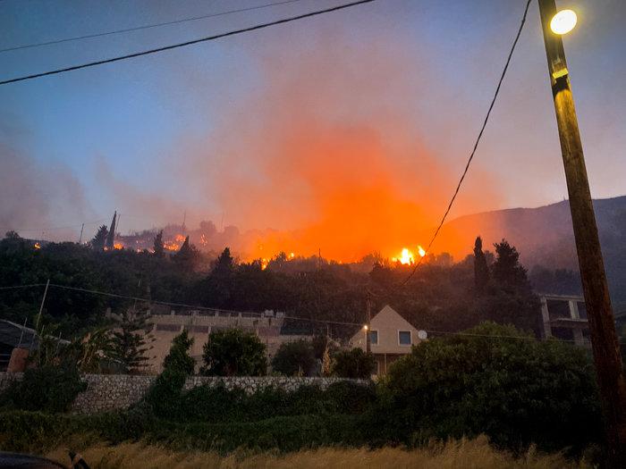 Υπό μερικό έλεγχο η φωτιά στα Λουρδάτα Κεφαλονιάς- Εκκενώθηκε το χωριό - εικόνα 3