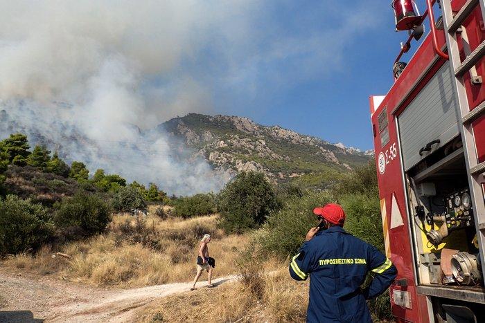 Φωτιά στο Λουτράκι: Εκκενώθηκαν μοναστήρια και γηροκομείο