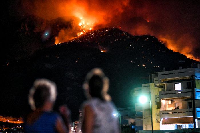 Λουτράκι: Συνεχίζεται η μάχη με τις φλόγες - Διακοπή κυκλοφορίας