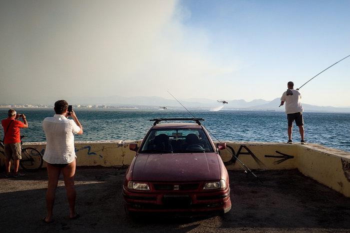Λουτράκι: Συνεχίζεται η μάχη με τις φλόγες - Διακοπή κυκλοφορίας - εικόνα 5