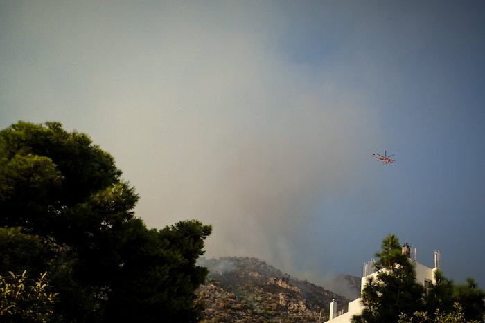 Λουτράκι: Συνεχίζεται η μάχη με τις φλόγες - Διακοπή κυκλοφορίας - εικόνα 4