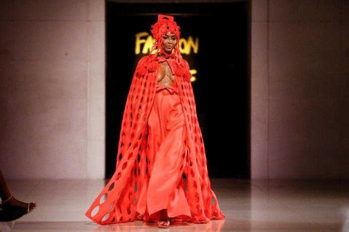 Ναόμι Κάμπελ: Το σιθρού φόρεμα που αποκάλυψε το αγαλματένιο κορμί της - εικόνα 3