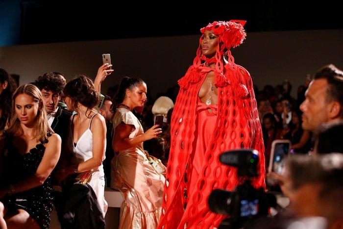 Ναόμι Κάμπελ: Το σιθρού φόρεμα που αποκάλυψε το αγαλματένιο κορμί της - εικόνα 5