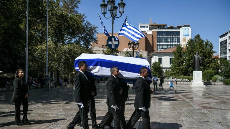 """Πλήθος κόσμου στο """"τελευταίο αντίο"""" στον Αντώνη Λιβάνη"""
