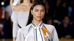 Ιρίνα Σάικ: Απλή και πανέμορφη στην πασαρέλα του οίκου Burberry