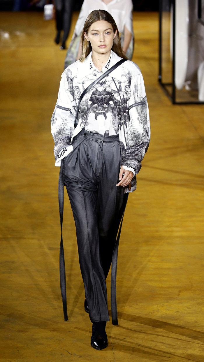 Ιρίνα Σάικ: Απλή και πανέμορφη στην πασαρέλα του οίκου Burberry - εικόνα 4