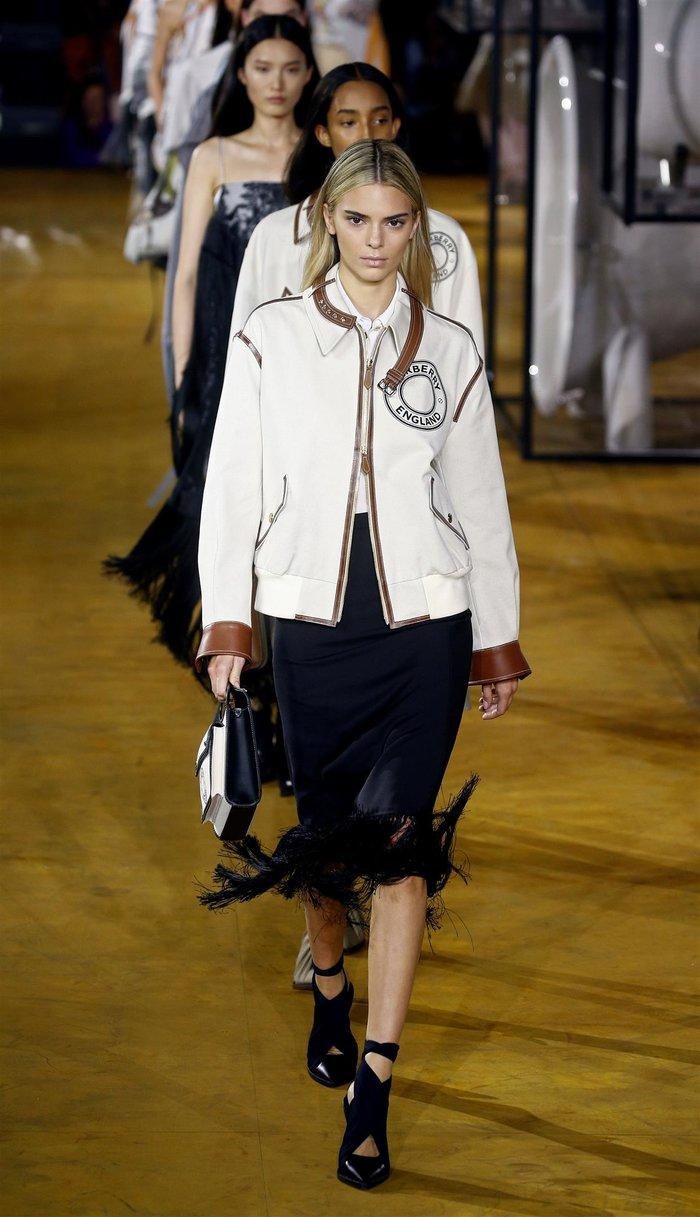 Ιρίνα Σάικ: Απλή και πανέμορφη στην πασαρέλα του οίκου Burberry - εικόνα 7