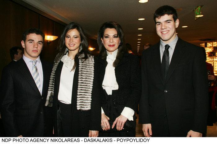 Γιάννα Αγγελοπούλου: Η σπάνια εμφάνιση με τον γιο της και τη σύντροφό του - εικόνα 7