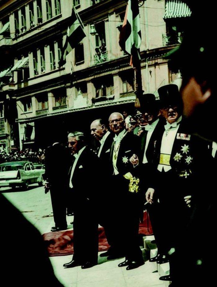 Ο Ξενοφών Ζολώτας και ο Αριστοτέλης Ωνάσης στην είσοδο του Μητροπολιτικού Ναού Αθηνών κατά το γάμο της πριγκίπισσας Σοφίας με τον διάδοχο του ισπανικού θρόνου Don Juan Carlos, 14.5.1962