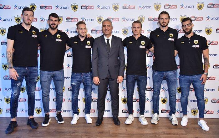 Ο Νίκος Κωστένογλου – προπονητής ΑΕΚ με ποδοσφαιριστές της ομάδας
