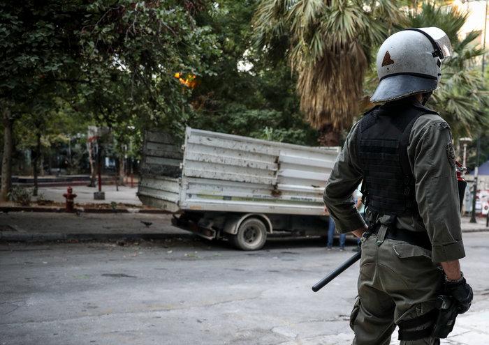 Aπομακρύνθηκε το «ΚΕΠ» των αντιεξουσιαστών από την πλατεία Εξαρχείων (φωτό)