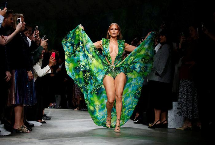 J Lo: Καλύτερα στα 50 παρά στα 30! Τόλμησε να φορέσει το ίδιο iconic ρούχο