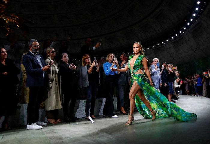 J Lo: Καλύτερα στα 50 παρά στα 30! Τόλμησε να φορέσει το ίδιο iconic ρούχο - εικόνα 3