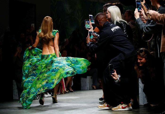 J Lo: Καλύτερα στα 50 παρά στα 30! Τόλμησε να φορέσει το ίδιο iconic ρούχο - εικόνα 4