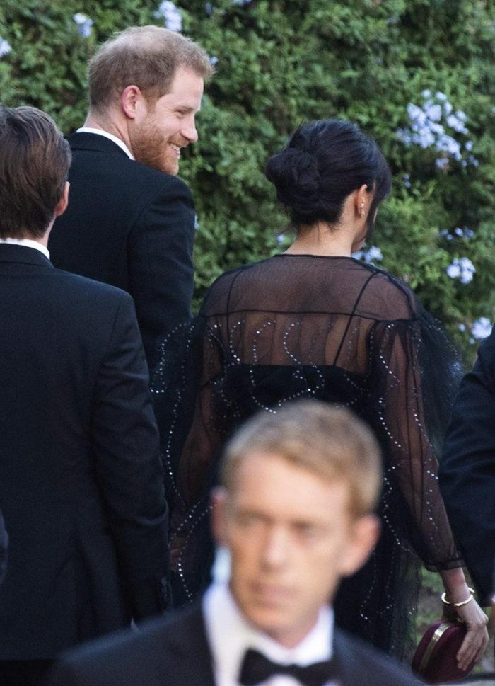Γαλαζοαίματη κοσμοσυρροή σε γάμο στη Ρώμη. Sold out το φόρεμα της Μέγκαν