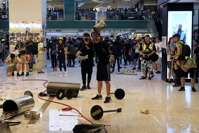Δακρυγόνα και επεισόδια έξω από εμπορικό κέντρο στο Χονγκ Κονγκ (φωτό) - εικόνα 3