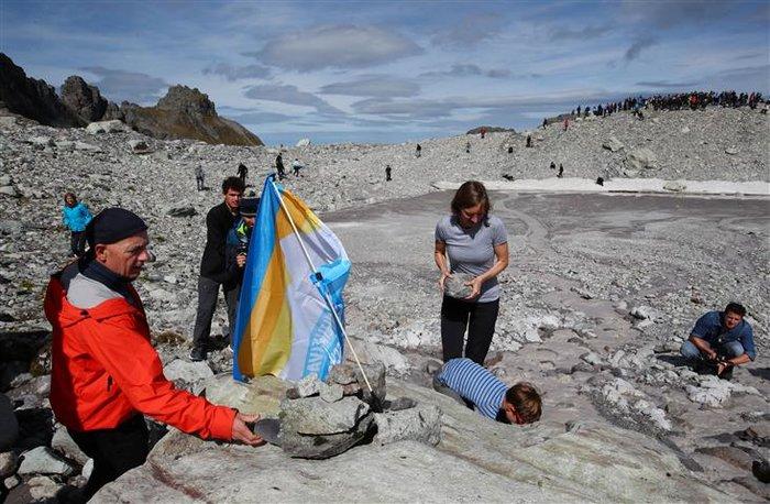 Oι Ελβετοί «κήδεψαν» τον πιο γνωστό παγετώνα τους - εικόνα 4