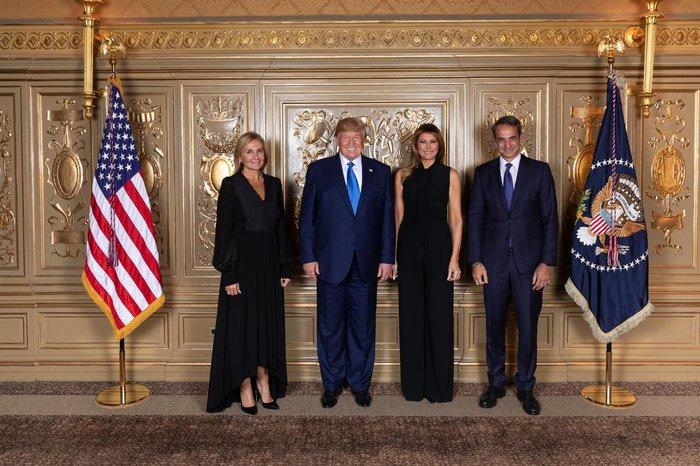 Η αναμνηστική φωτογραφία Τραμπ-Μητσοτάκη με τις συζύγους τους