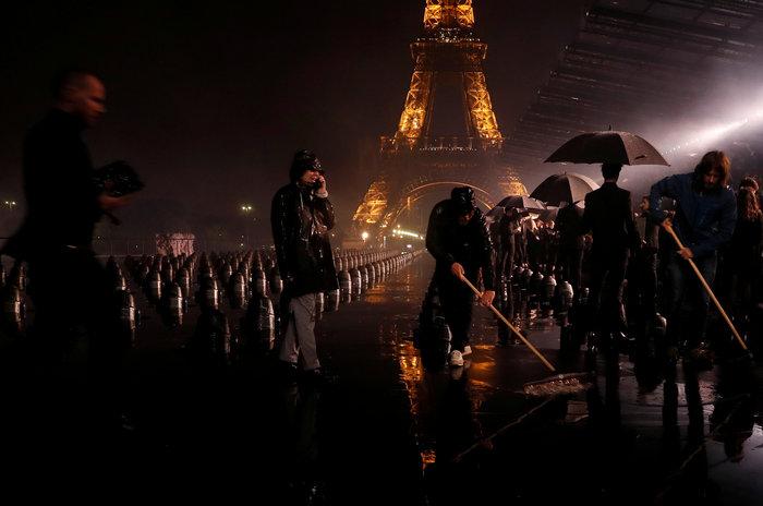 Ναόμι Κάμπελ υπό βροχή με φόντο τον Πύργο του Άιφελ: Προκάλεσε σεισμό - εικόνα 4