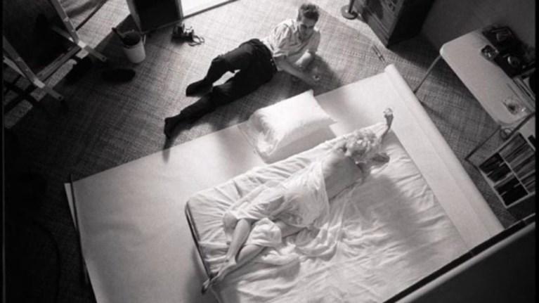 se-dimoprasia-i-kamera-tis-fwtografisis-in-bed-with-marilyn-monroe
