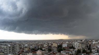 to-shelf-cloud-pou-eplikse-tin-attiki-se-eikones-kai-binteo