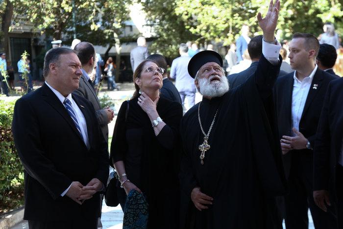 Το ζεύγος Πομπέο στη θεία λειτουργία στη Μητρόπολη Αθηνών [Εικόνες] - εικόνα 3