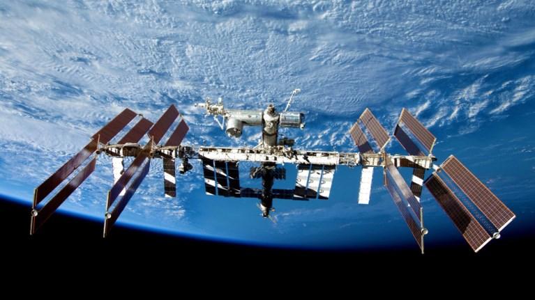 diastimikos-peripatos-gia-duo-astronautes-tis-nasa