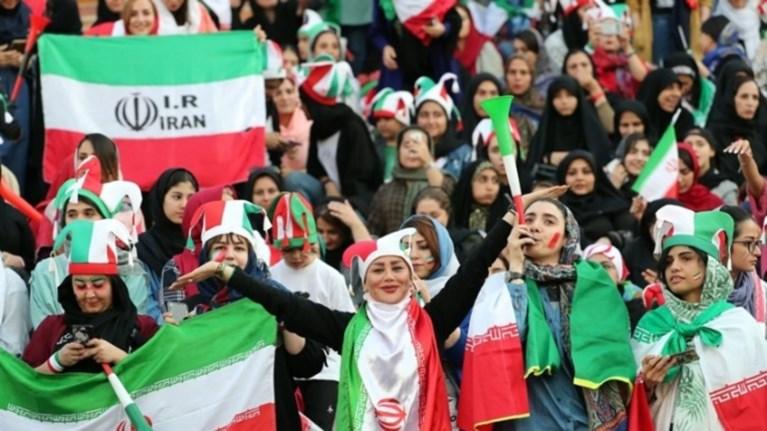 iran-oi-gunaikes-mpikan-stis-eksedres-kai-i-ethniki-to-giortase-me-14-gkol